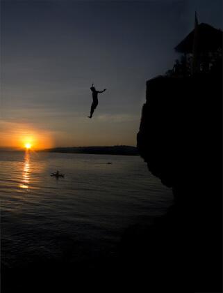 海に向かって飛び込む
