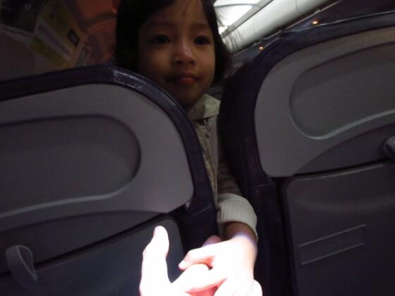 手を差し伸べるハーフのフィリピン人