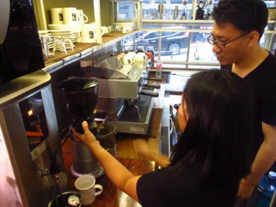 コーヒーの入れ方を学ぶ