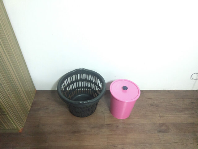 ゴミ箱とランドリー用のカゴ