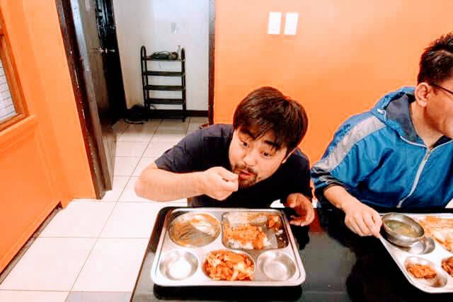 日本食をほおばる留学生